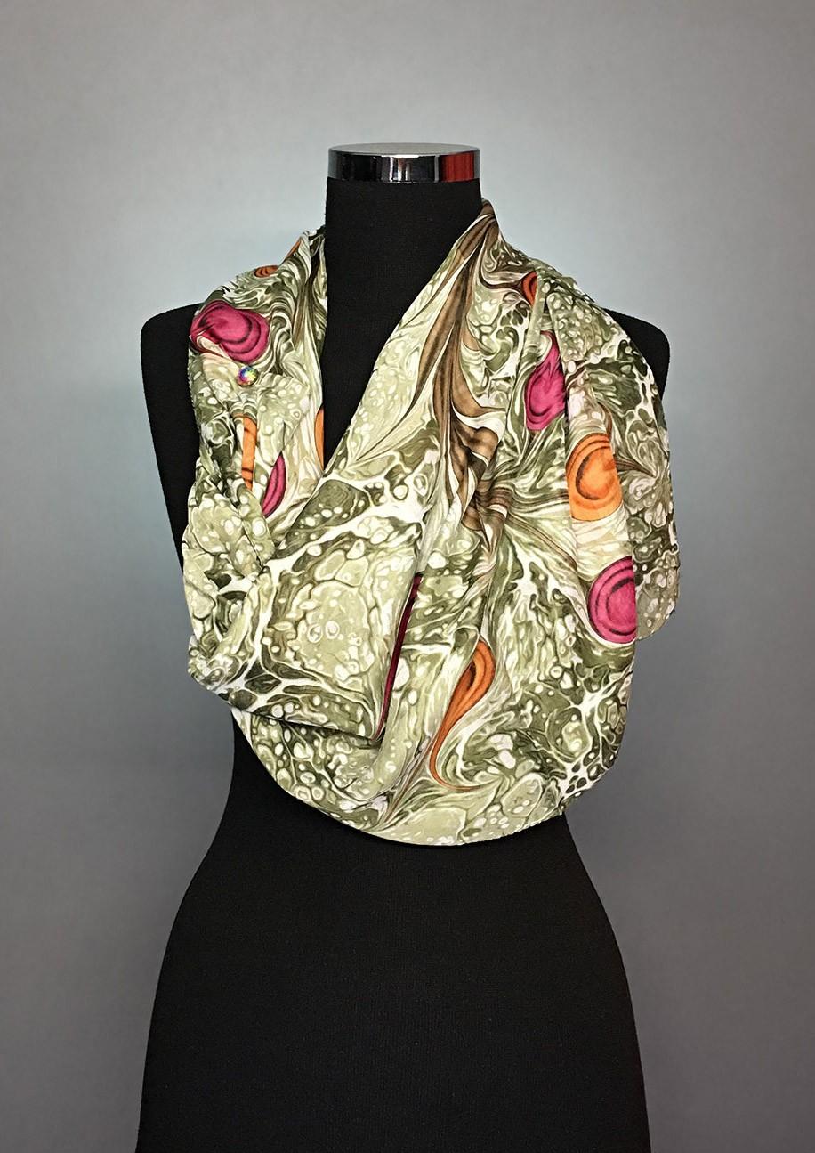 Зеленый платок с размытым узором и контрастными цветами