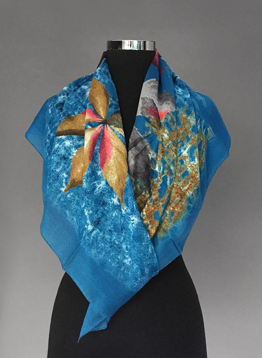 Бирюзовый платок с серо-горчичным рисунком