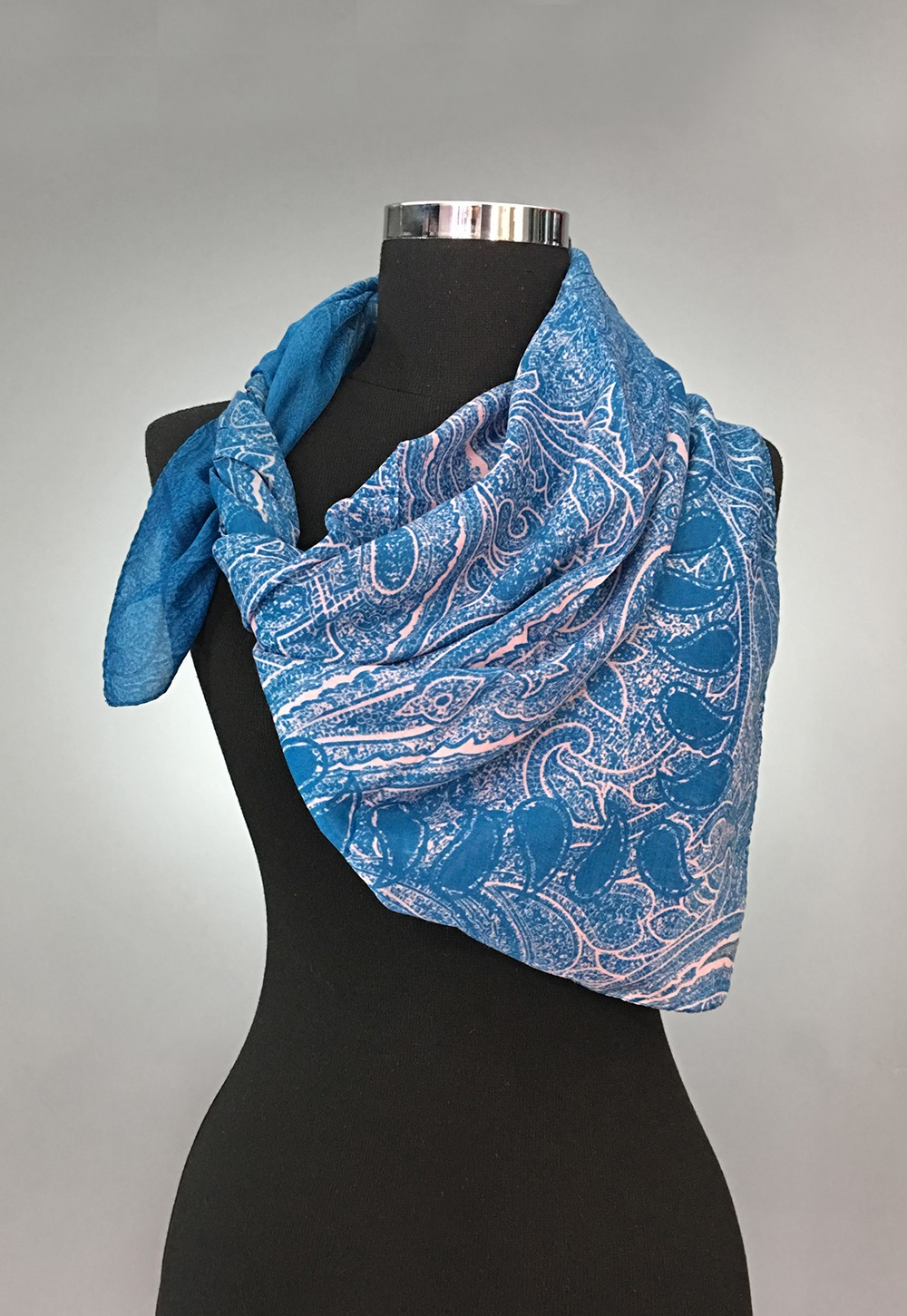 Небесно-голубой платок с нежным узором