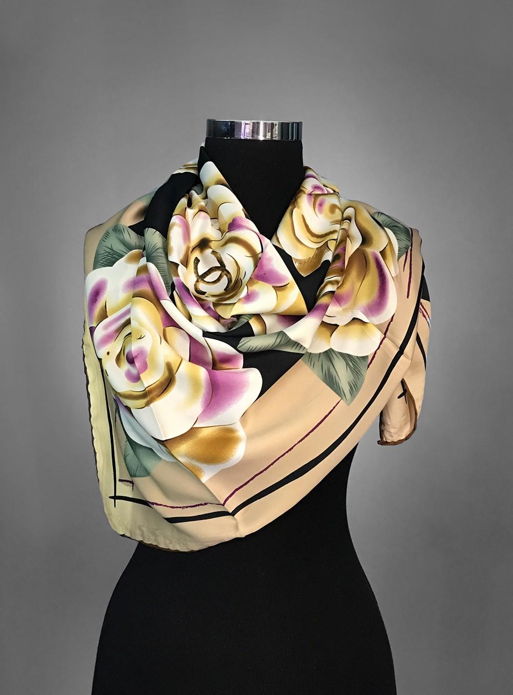 Атласный платок с нежным цветочным принтом