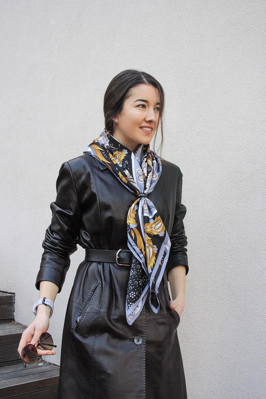 Атласный платок серо-черно-золотого цветов