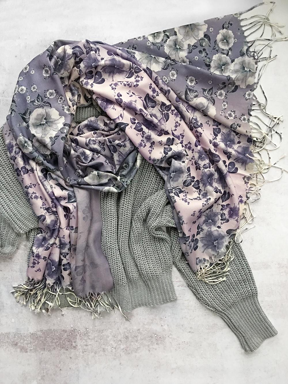 Бледно-розовый шарф с серым цветочным принтом