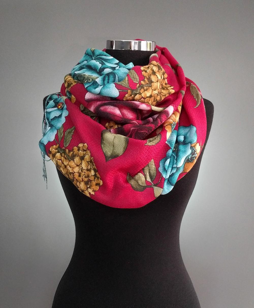 Шарфик с крупными цветами