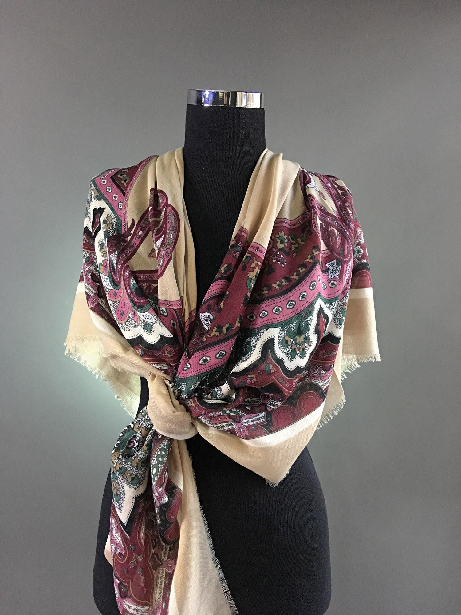 Квадратный платок с бежевым фоном и бордовым узором