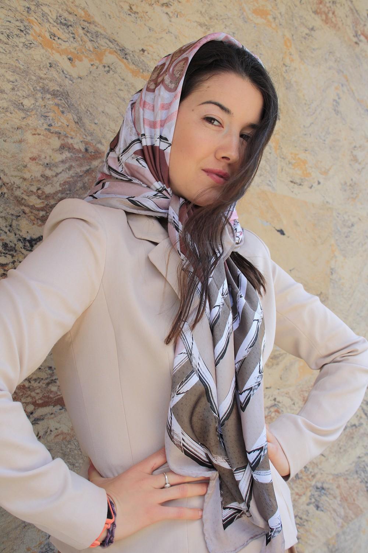 Атласный платок бледно-розового и дымчато-серого цветов