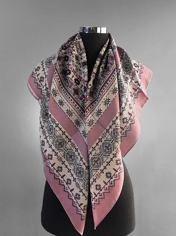 Бледно-розовый платок с этническим орнаментом