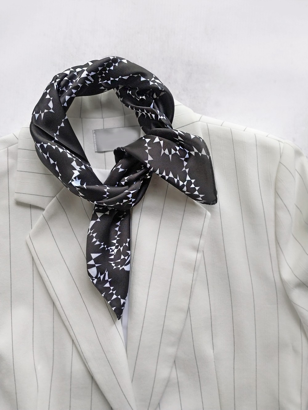Шейный платок в классическом универсальном сочетании