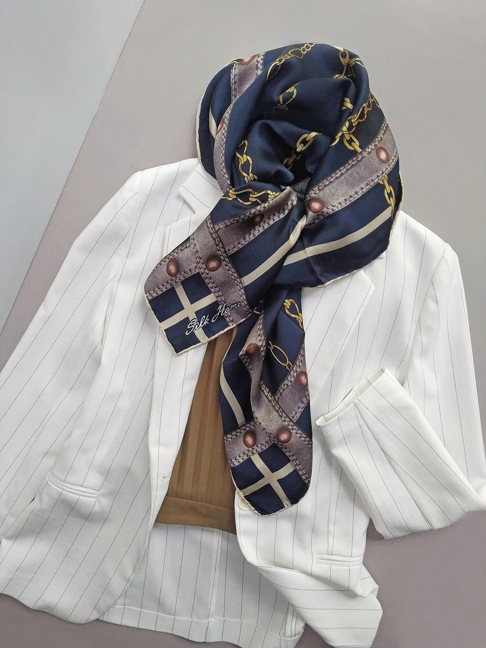Шелковый платок актуального принта