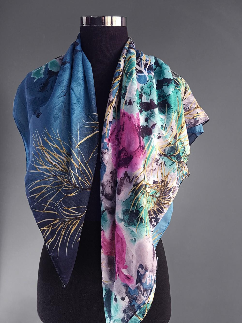 Бирюзовый платок с малиновыми акцентами