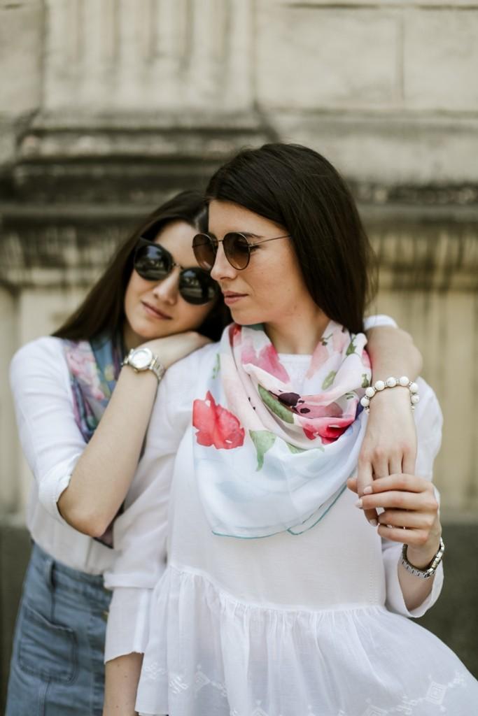 Нежный платок с белым фоном