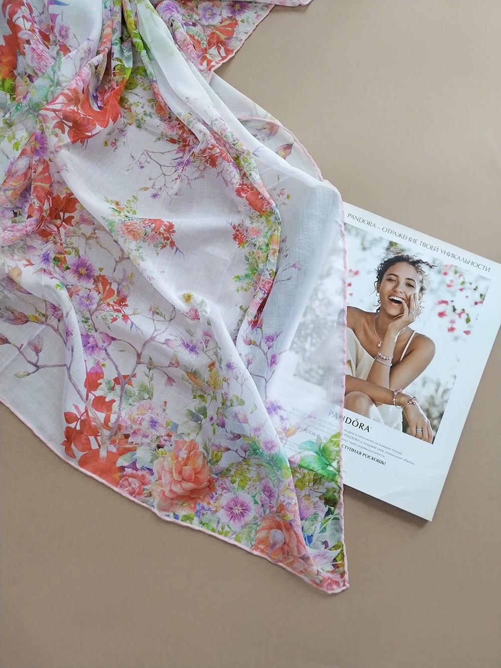 Квадратный платок белый с бледно-розовым и коралловым