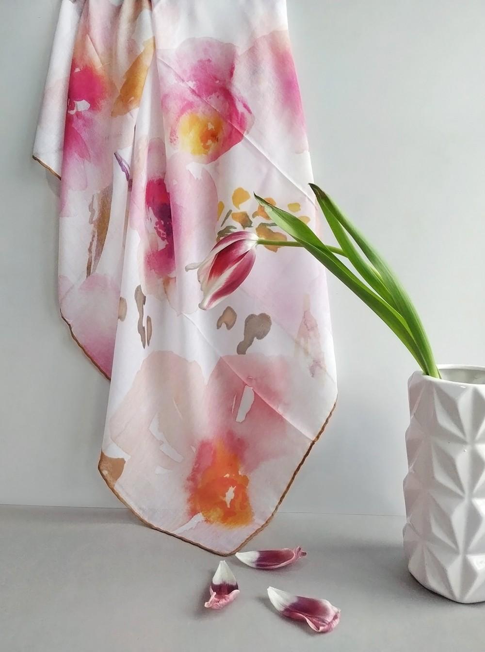 Абстрактный платок на белом фоне