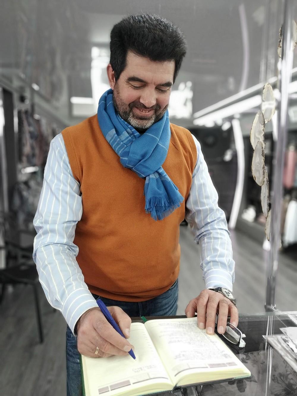 Мужской шарф красивого голубого цвета